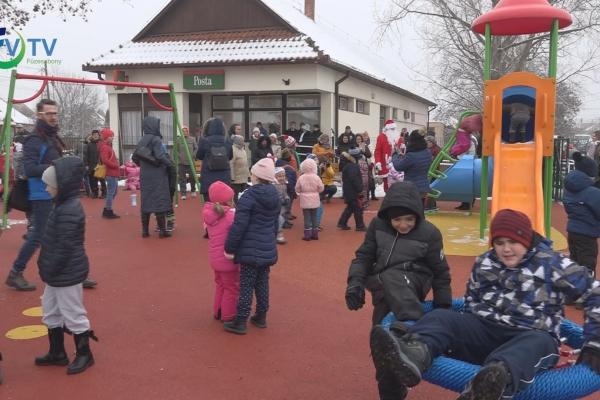 Játszóteret hozott a gyermekeknek a Mikulás