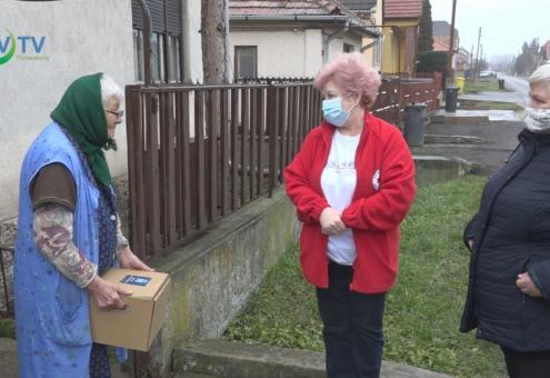 Élelmiszer csomagot osztott a Vöröskereszt